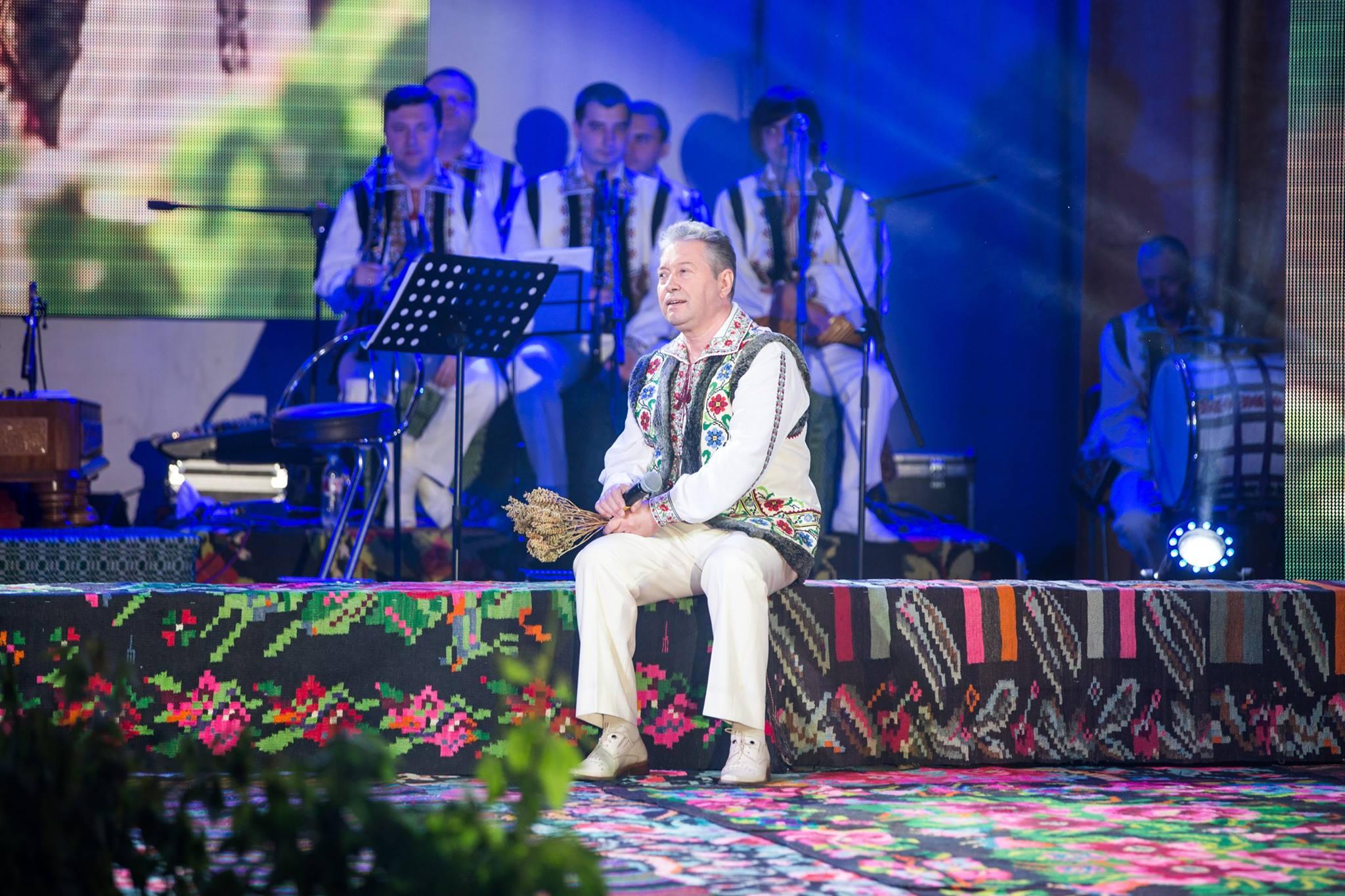 """Mihai Ciobanu delectează publicul printr-o carte tematică carierei în muzică -""""Cântecele de-acasă mă poartă prin lume"""""""