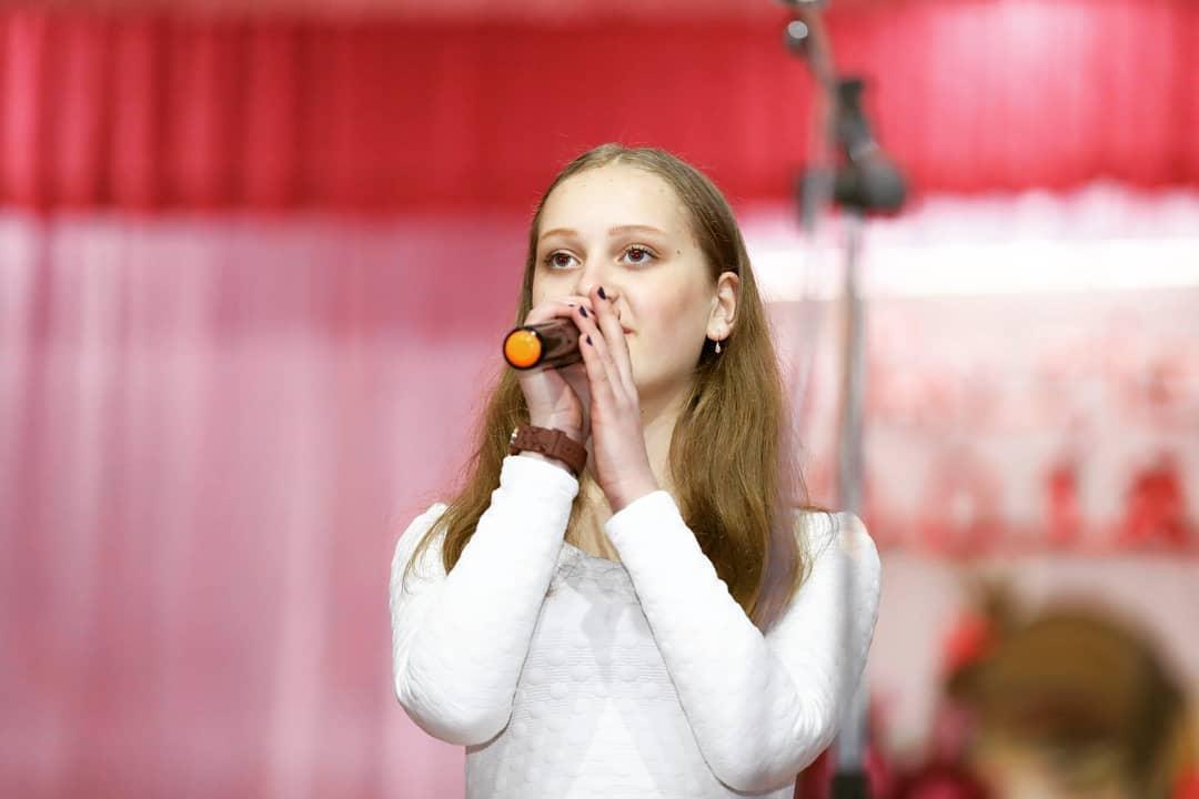 """""""Lasă-mă cu muzica"""" o nouă producție din palmaresul tinerelor talente! Edera și-a lansat prima piesă de debut ce a fost scrisă de Ady Carp"""