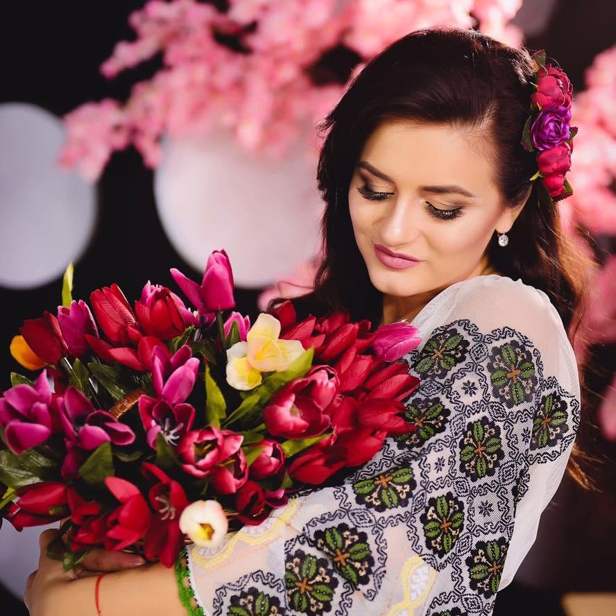 Solista de muzică populară Mihaela Tabură a impresionat internetul cu o sedință foto în culori de pastel