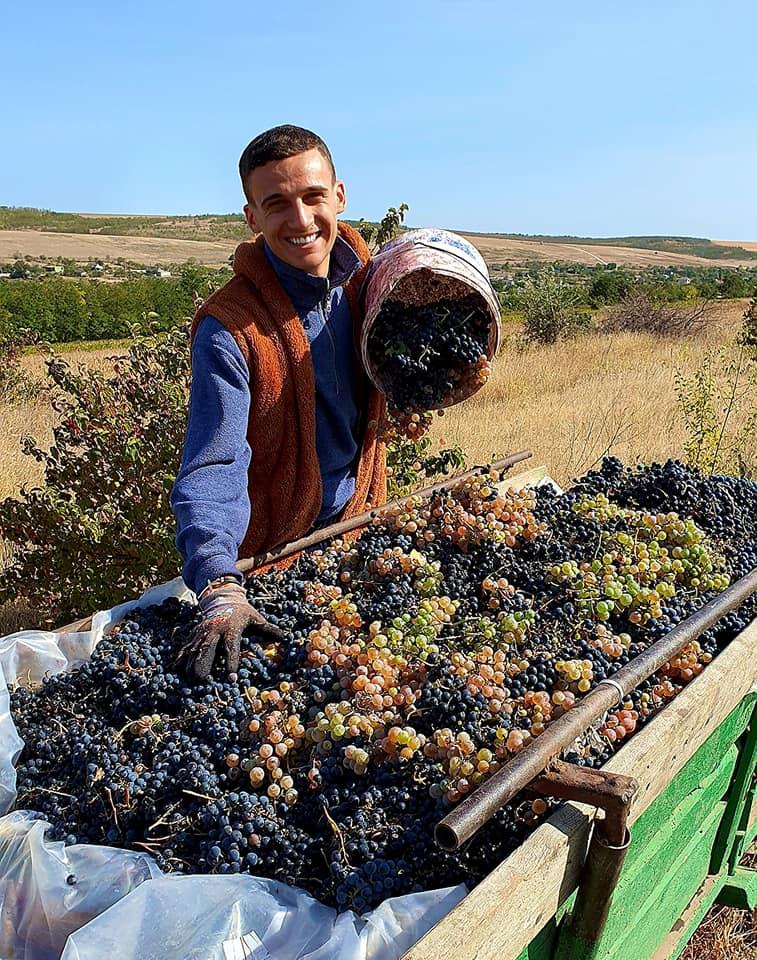 Gabriel Nebunu a renunțat la opinci și s-a apucat de recoltat! Interpretul a simțit din plin toamna din Moldova! (FOTO)