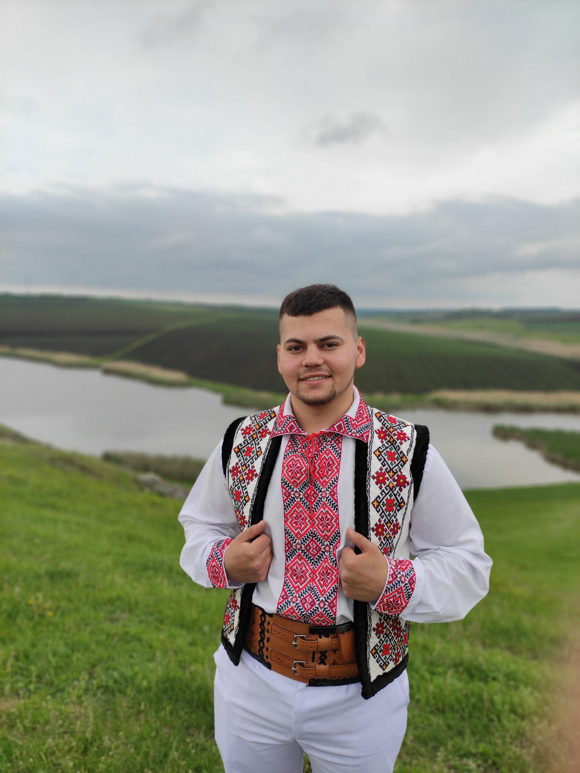 """Tânărul interpret Florin Rusu se lansează în muzica populară cu cântecul """"Hai la Trinca, hai la Hram"""". (VIDEO)"""