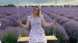 """Beaumonde – Interpreta Larisa Harea ne surprinde cu un nou videoclip – """"Flori de ziua mea""""! 🤩🎤🎬"""
